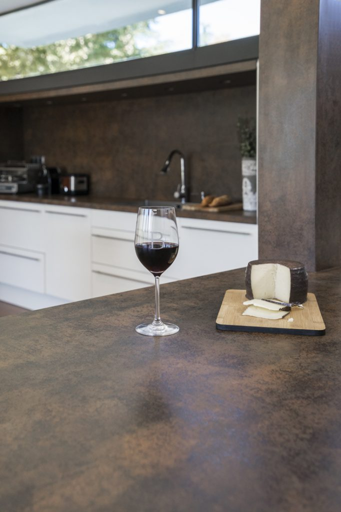 Copa de vino y cortada de queso sobre la encimera de Neolith de Bertín Osborne